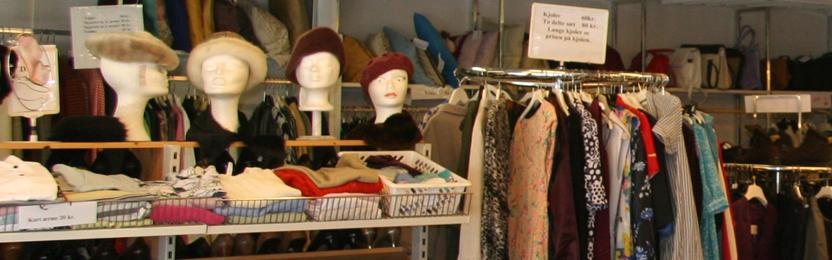 Dametøj, hatte og sko i genbrugsbutikken